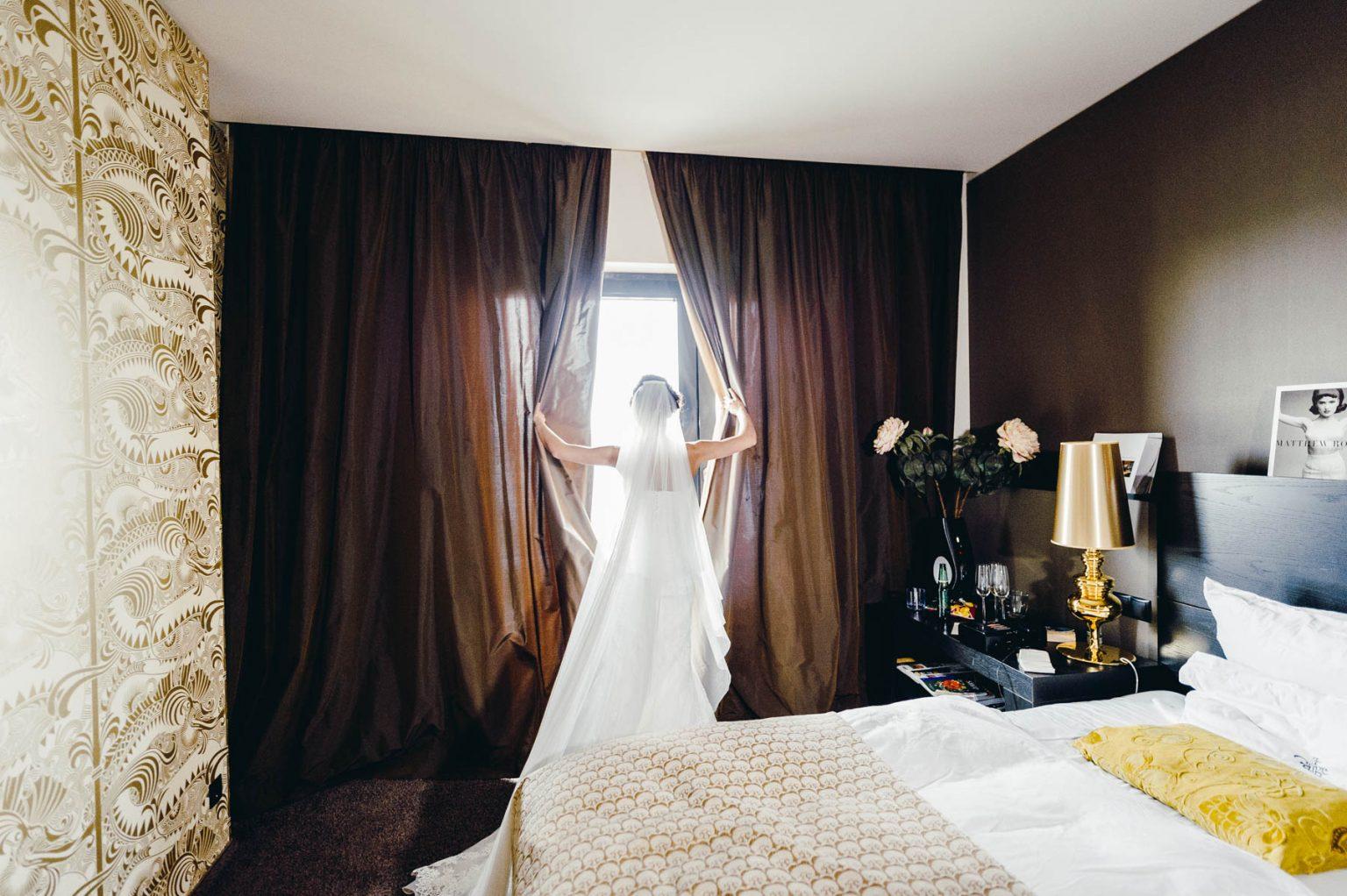 Brautportrait im Hotelzimmer