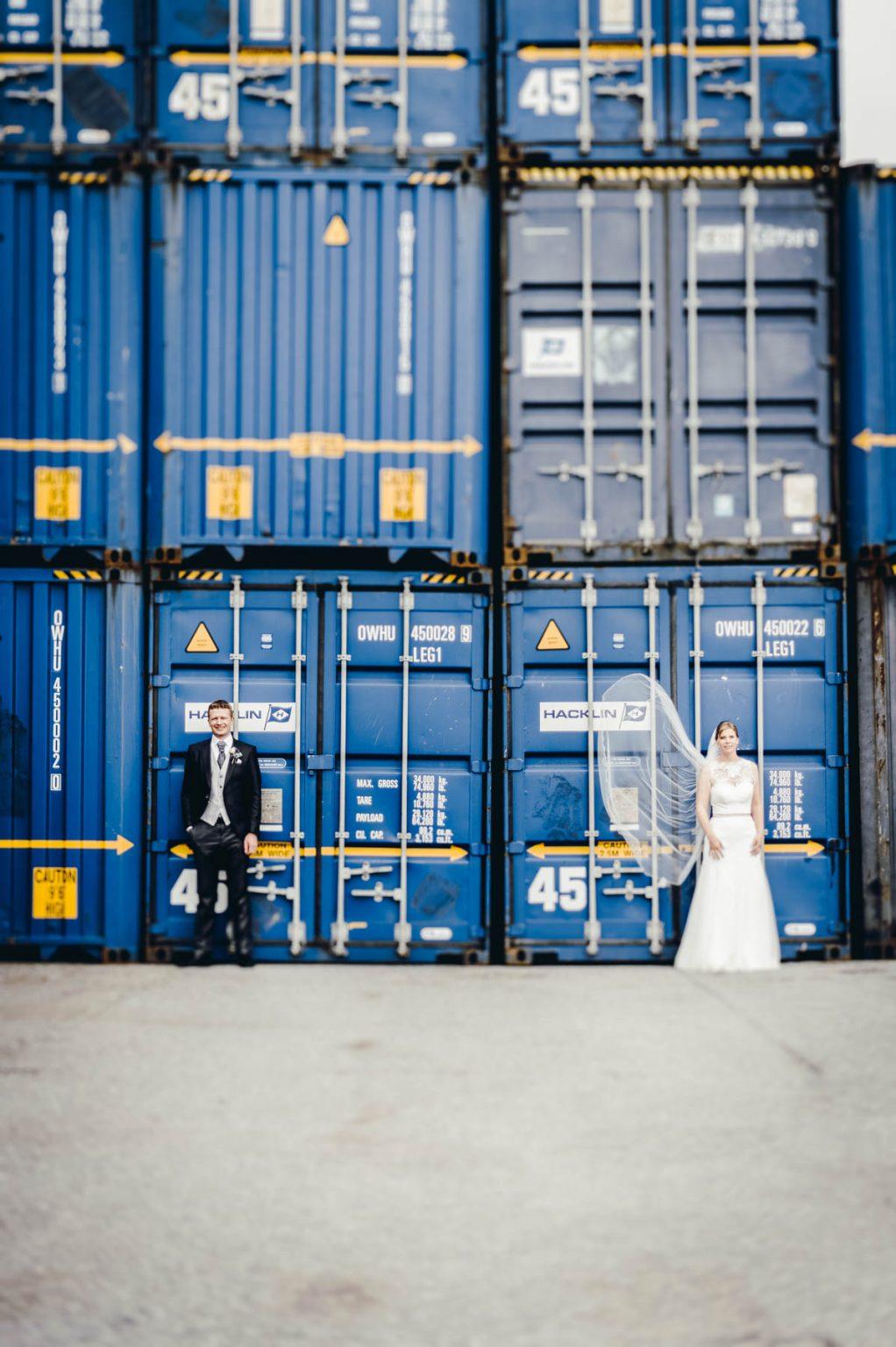 Hochzeitsportrait vor Container