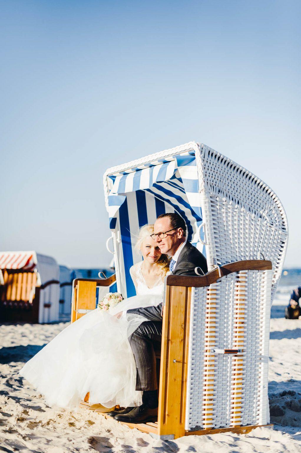 Hochzeitsportrait im Strandkorb