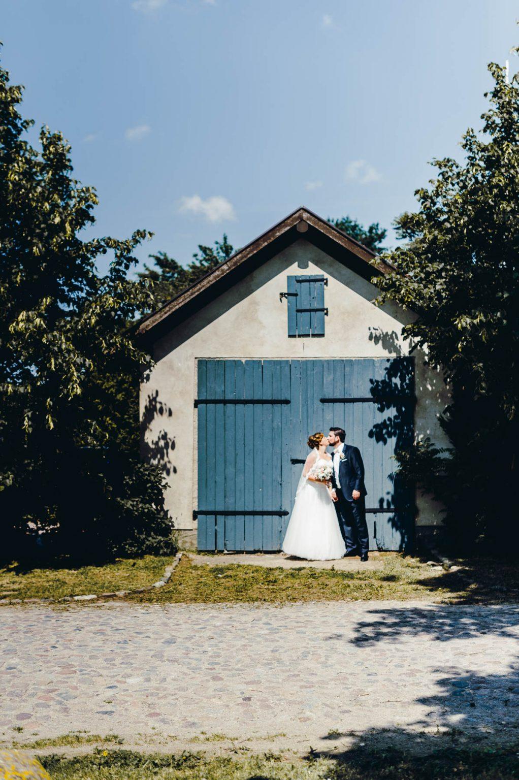 Hochzeitsportrait vor Scheune