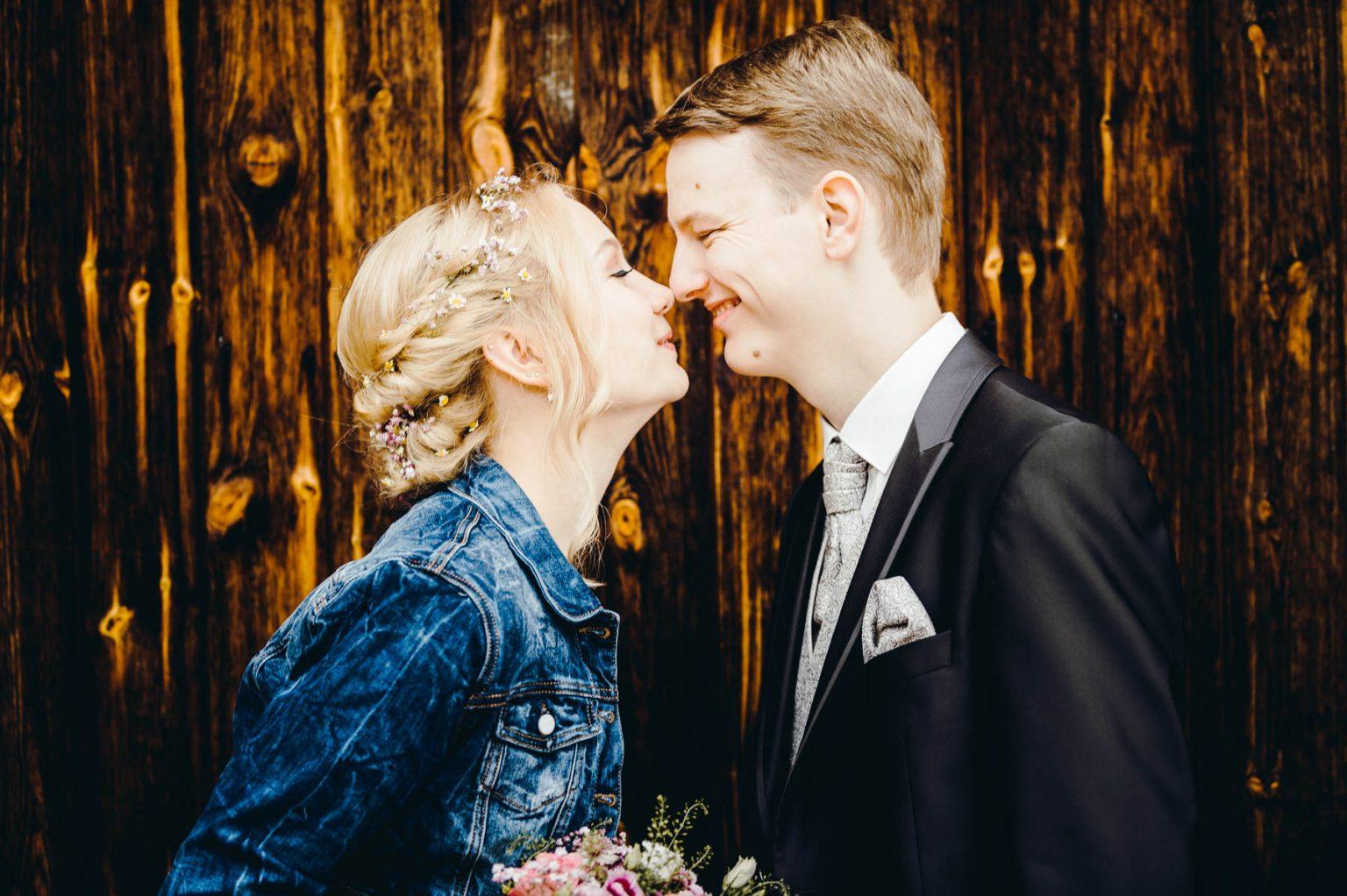 Hochzeitsportrait vor Scheunentor
